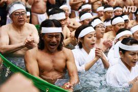 Понад 100 японців занурились у крижану воду, щоб очистити душу й тіло