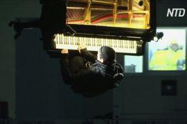 Піаніст зіграв на вертикально підвішеному фортепіано
