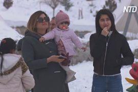 Іракці відпочивають від протестів на снігових схилах гори Корек