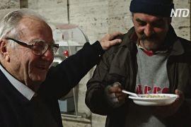 90-річний дідусь готує їжу для бездомних Рима