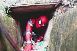 Людина-павук в Індонезії звільняє вулиці від сміття