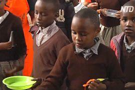 Засіб проти прогулів: кенійських школярів годують гарячими обідами