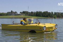 Австралієць плаває по озеру на ретроавтомобілі Amphicar