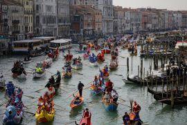 Венеціанський карнавал: гондольєри в костюмах і туристи в масках