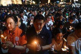 Тисячі людей запалили свічки на згадку про жертв стрілянини в Таїланді