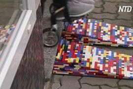 Жінка на інвалідному візку створює пандуси з Lego