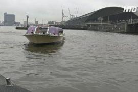 Каналами Амстердама плаває мобільна зарядна електростанція