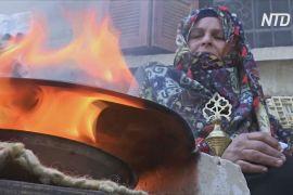 Палестинка виготовляє природну підводку для очей