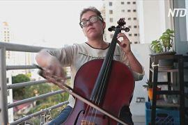 У Панамі віолончелістка грає на балконі для стурбованих через коронавірус людей