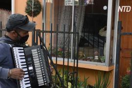 Чилієць щодня грає вальси перед вікнами батьків, які самоізолювалися
