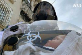 Китаєць придумав безпечну переноску для захисту немовлят від коронавірусу