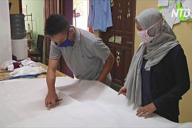 Індонезійка не думає про прибуток і шиє захисні костюми для медиків