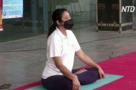 Йога допомагає індійським заробітчанам віднайти душевний спокій