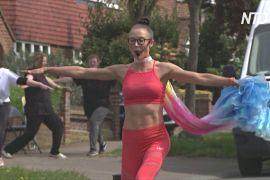 Фітнес для сусідів: британський тренер проводить заняття прямо на вулиці