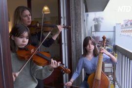Антидепресант на карантині: парижанка грає для сусідів на скрипці