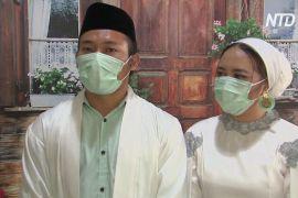 Індонезійська пара зіграла весілля, у якому запрошені гості взяли участь в онлайн-режимі