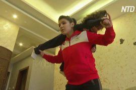 Йорданська дзюдоїстка підіймає сестру й диван, тренуючись на карантині