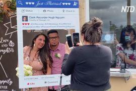 Пара одружилася на стоянці замість Гаваїв