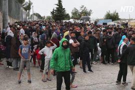 Мігрантів із грецьких островів перевозять на материк