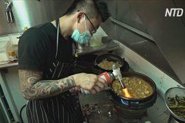 Один із власників сінгапурського вуличного кафе не закрився, а готує безкоштовну їжу