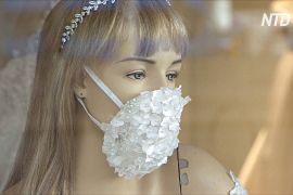 Весільний салон надів на манекени маски для обличчя з блискітками й стразами