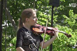 Ліки проти нудьги: швейцарська скрипалька грає для стареньких
