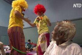 Індія: лікарняні клоуни смішать робітників-мігрантів