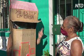 Кубинська бабуся ходить вулицями в картонному будинку