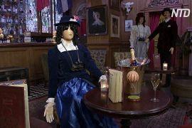 Манекени в одязі вікторіанської епохи допоможуть забезпечувати дистанцію в лондонському барі