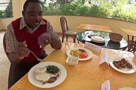 Як позбутися сарани: подати її в кебабі чи змусити комах їсти одна одну