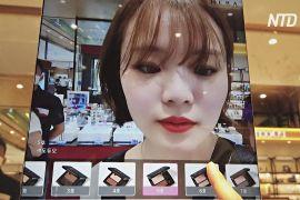 Дзеркало доповненої реальності допомагає вибрати косметику в супермаркеті Сеула