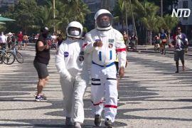 На пляж — як у космос: навіщо бразильська пара ходить у костюмах астронавтів