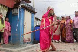 Індійська бабуся дивує навичками бою на палицях
