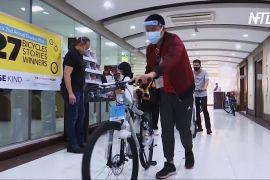 Благодійний фонд дарує філіппінцям велосипеди, щоб вони зберегли роботу