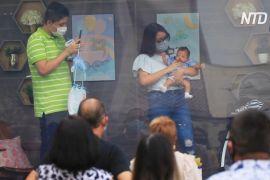 У Мексиці немовлят показують родичам із прозорого кузова вантажівки