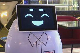 У Єгипті робот-офіціант допомагає дотримуватися соціального дистанціювання