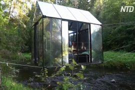 У Латвії відпочивають у скляних будиночках над річкою