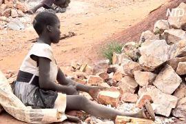 Угандійські діти подрібнюють камені й заробляють по долару за день