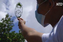 Філіппінка вирізає портрети на листі дерев