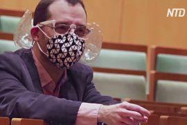 Диригент у Будапешті придумав акустичну маску з двома пластиковими вушками
