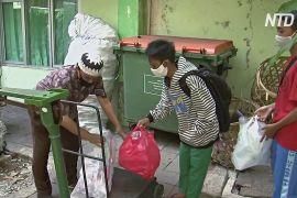 Індонезійські школярі обмінюють пластикове сміття на можливість навчатися онлайн