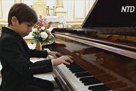 Рідкісний талант: шестирічний хлопчик віртуозно грає на піаніно