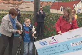 Британський хлопчик із церебральним паралічем зібрав на благодійність 150 тисяч фунтів стерлінгів