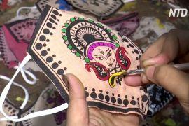 Індійські майстрині прикрашають маски для обличчя традиційними розписами