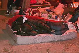 Кубинські мігранти в Чилі ночують біля міграційної служби, сподіваючись отримати візи для біженців