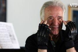 Біонічні рукавички повернули радість 80-річному бразильському піаністові