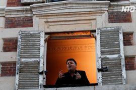 Оперний співак дає концерти з вікна своєї квартири в Парижі