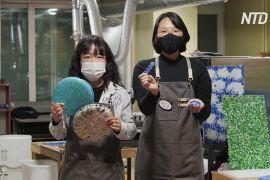 Дві дівчини очищують Сеул від використаних пластикових кришок