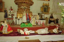 Болівійська сім'я щороку робить різдвяний вертеп із сотень статуеток
