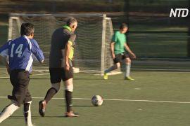 Літні австралійці насолоджуються грою в пішохідний футбол